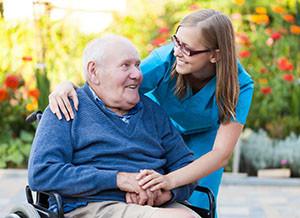 Verpleegkundige met vriendelijke senior